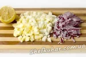 Салат з оселедцем, овочами та яблуками