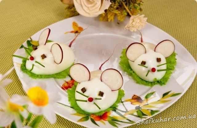 Інгредієнти: Яйця 3 шт. .  50 г твердого сиру. .  1-2 зубчика часнику. майонез. листя зеленого салату.