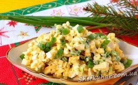 Салат із зеленої цибулі, сиру і яєць.