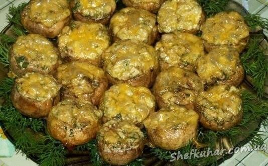 Інгредієнти: 30 штук великих печериць, 100-150 грамів сиру, 5-6 столових ложок сметани 20-25% жирності...