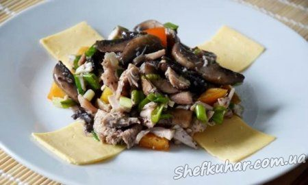 Салат зі смаженими грибами і куркою