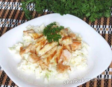 Салат из капусты, курицей и блинами
