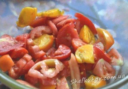 Салат з баклажанами, помідорами і сиром