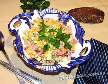 Салат с копченой колбасой, кукурузой и горошком
