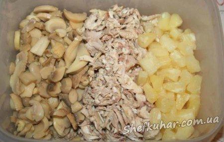 Святковий салат з куркою, грибами і ананасом