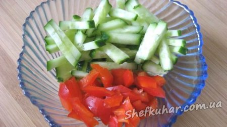 Салат з пекінської капусти з куркою і сухариками