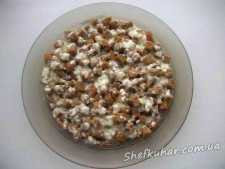 Салат зі шпротами і сухариками