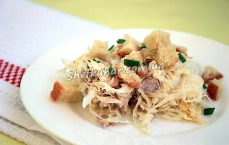 Салат з капусти, м'ясом і сухариками