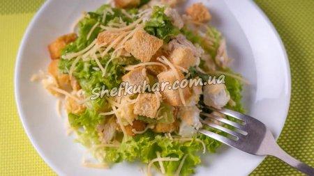 Салат з куркою, сухариками і листям салату