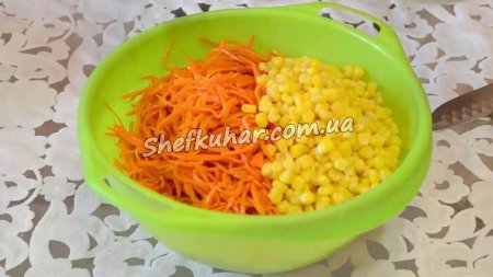 Салат з копченою куркою, корейською морквою і кукурудзою