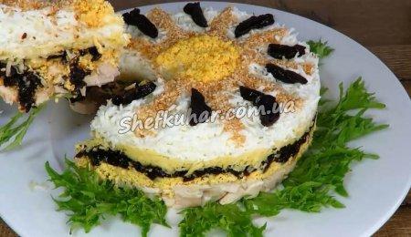 Святковий салат з куркою і чорносливом