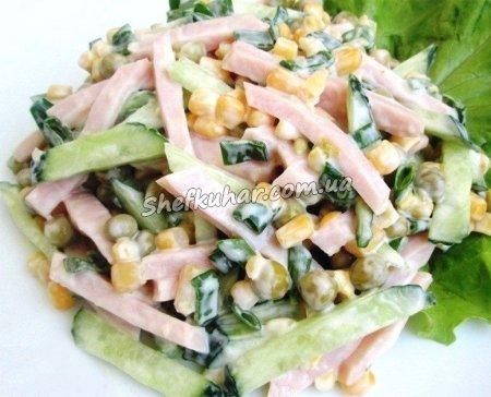 Дуже швидкий салат з ковбасою і горошком