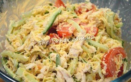 Просто смачний салат з курячим філе