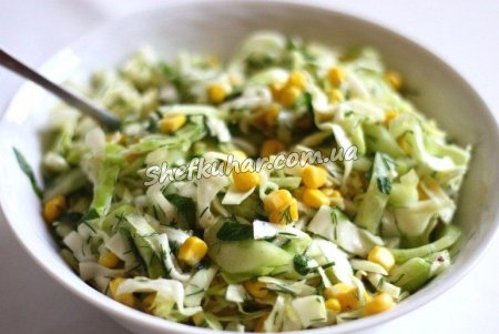 Салат з куркою, капустою і кукурудзою