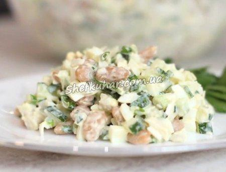 Салат з кальмаром, яйцями і квасолею