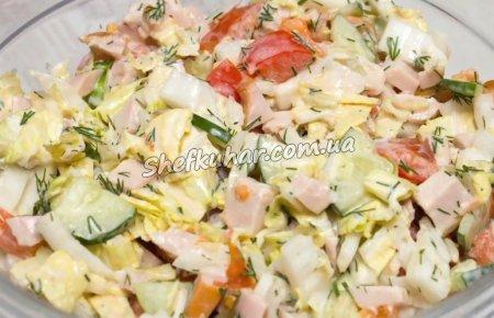 Салат з копченою куркою і овочами