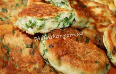 Швидкі пиріжки з зеленою цибулею і яйцем