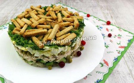 Салат з курячим філе, горошком і сухариками