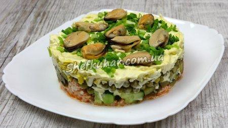 Святковий салат з консервованим лососем