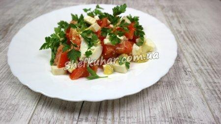 Салат з бринзою, яйцями та помідорами