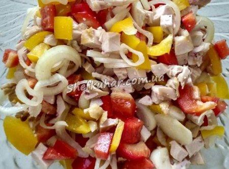 Салат з копченої курки і болгарським перцем