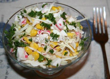 Салат з капустою, кукурудзою і крабовими паличками