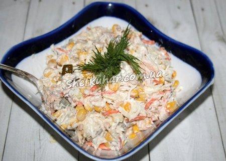 Приготування салату з консервованої горбуші - Готова страва