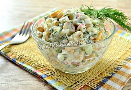 Літній салат з крабовими паличками і огірками