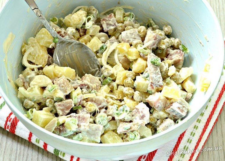 Салат з оселедцем, картоплею і зеленим горошком