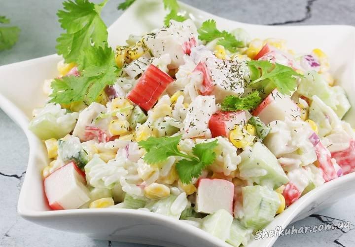 Салат з рисом, крабовими паличками і огірком