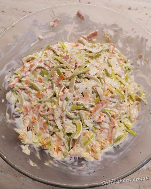 Салат з цибулею-порей, яблуком і морквою