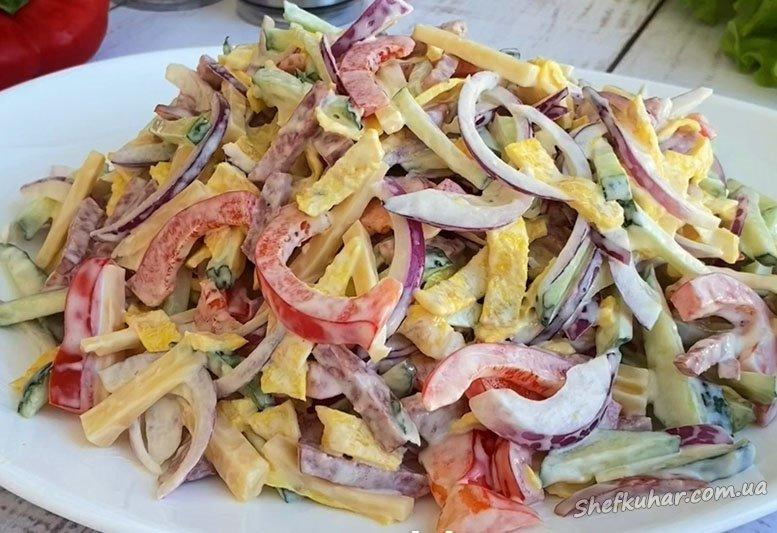 Святковий салат з млинцями і ковбасою
