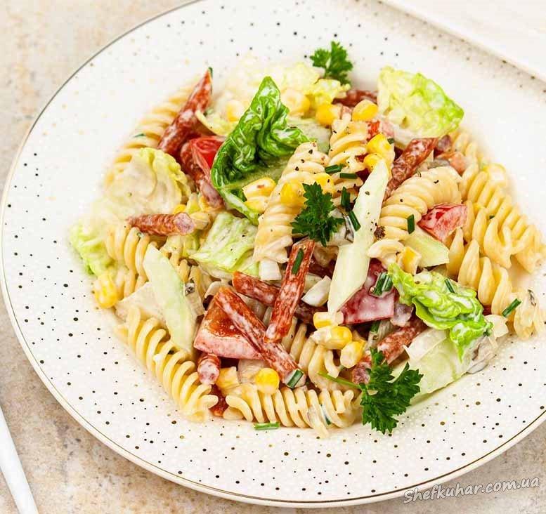 Святковий салат з макаронами і ковбасою